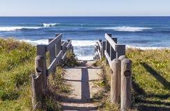 Stary Nieociosany Drewniany przejście Prowadzi na plaży Obrazy Stock
