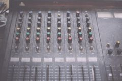 Stary niepotrzebny wadliwy muzykalny wyposażenie melanżeru kontroler DJ kontroluje Obraz Stock