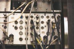Stary niepotrzebny wadliwy muzykalny wyposażenie melanżeru kontroler DJ kontroluje Zdjęcie Stock