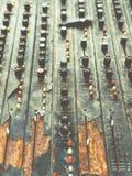 Stary niepotrzebny wadliwy muzykalny wyposażenie melanżeru kontroler DJ kontroluje Obrazy Royalty Free