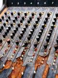 Stary niepotrzebny wadliwy muzykalny wyposażenie melanżeru kontroler DJ kontroluje Zdjęcie Royalty Free