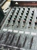 Stary niepotrzebny wadliwy muzykalny wyposażenie melanżeru kontroler DJ kontroluje Fotografia Royalty Free