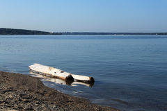 Stary notuje dalej wodnego pobliskiego brzeg jezioro Obraz Stock