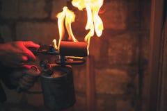 Stary ośniedziały blowtorch z płomieniem fotografia stock