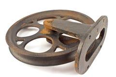 Stary ośniedziały żelazny pulley odizolowywający na bielu Zdjęcie Royalty Free