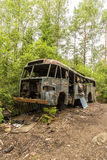 Stary Ośniedziały autobus w Samochodowym cmentarzu Obrazy Stock