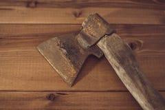 Stary ośniedziały ax na drewnianym tle Obrazy Royalty Free