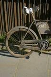 Stary ośniedziały bicykl z wpisową kawiarnią obrazy royalty free