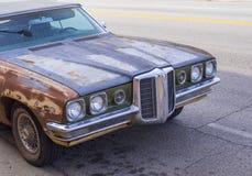 Stary ośniedziały Bonneville samochód w ulicach Oklahoma miasto OKLAHOMA, PAŹDZIERNIK - 24, 2017 - STROUD - obraz stock