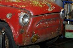 Stary ośniedziały czerwony samochód Obrazy Stock