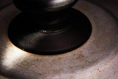 Stary ośniedziały dekiel od niecki jest zamknięty z ciężkim światłem i świeceniem fotografia stock