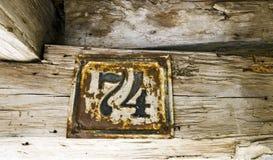Stary ośniedziały domu znak liczba 74 Fotografia Royalty Free