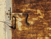 Stary ośniedziały drzwi Fotografia Stock