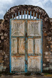 Stary ośniedziały drzwi z ochraniaczów kędziorkami i skała wysklepiamy przy dziejowym pałac Fon, Bafut, Cameroon, Afryka Zdjęcia Stock