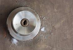 Stary ośniedziały drzwiowy kędziorek zakrywa z pajęczynami Zakończenie fotografia stock