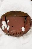 Stary ośniedziały grill w śniegu w jardzie zdjęcie royalty free