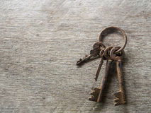 Stary ośniedziały klucz na drewnianym tle Obrazy Royalty Free