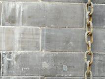 Stary ośniedziały metalu łańcuch, Zrudziali druty z cynk rdzy metalu backgroundrusty łańcuchem i stary Kamienny ściennych panel t zdjęcia stock