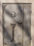 Stary ośniedziały metalu drzwi Zdjęcia Royalty Free