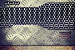 Stary ośniedziały metalu talerz nad grzebieniowym siatki lub grille tłem Zdjęcia Stock