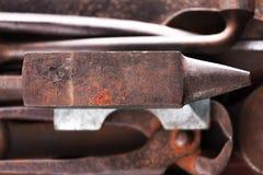 Stary ośniedziały niewygładzony kowadło na innych blacksmith narzędziach obraz stock