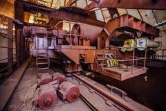 Stary ośniedziały przemysłowy biegunowy obrotowy żuraw bridżowy typ pod kopułą zaniechana budowa elektrownia Zdjęcia Stock
