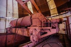 Stary ośniedziały przemysłowy biegunowy obrotowy żuraw bridżowy typ pod kopułą zaniechana budowa elektrownia Obraz Stock