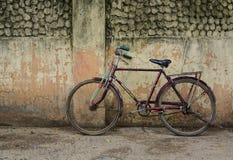 Stary ośniedziały rocznika bicykl blisko betonowej ściany Fotografia Royalty Free