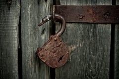 Stary ośniedziały rozpieczętowany kędziorek bez klucza Rocznika drewniany drzwi, zamyka w górę pojęcie fotografii Zdjęcie Royalty Free