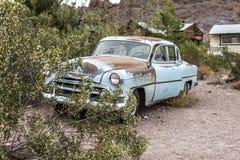 Stary ośniedziały samochód w Nelson Nevada miasto widmo Obraz Stock