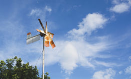 Stary ośniedziały silnik wiatrowy pod niebieskim niebem stary młyn fotografia royalty free