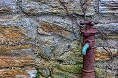 Stary Ośniedziały Wodny Faucet na stronie budynek zdjęcie royalty free