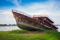 Stary ośniedziały zaniechany statek Fotografia Royalty Free