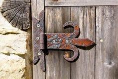 Stary ośniedziały zawias na drewnianym drzwi zdjęcie royalty free