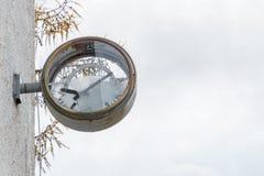 Stary ośniedziały zegar z łamanym szkłem i tarczą Obraz Royalty Free