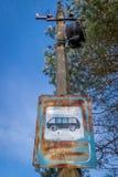 Stary ośniedziały znak z Cyrillic literowaniem na lamppost fotografia royalty free