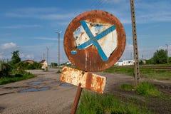 Stary ośniedziały znak zabrania powstrzymywanie i powstrzymywanie Ocechowanie na starej zapominającej drodze zdjęcia stock