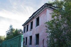 Stary, obdrapany kondygnacja dom dla rozbiórki, Zdjęcie Royalty Free