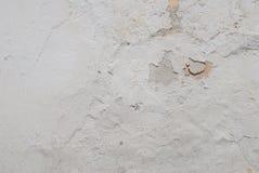 Stary odłupany tynk na betonowej ścianie, biały tło, tekstura zdjęcie royalty free