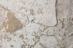 Stary odłupany tynk na betonowej ścianie, biały tło, tekstura zdjęcia royalty free