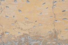 Stary odłupany tynk na betonowej ścianie, pęknięcia w starej betonowej ścianie, tło tekstura obraz stock