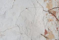 Stary odłupany tynk na betonowej ścianie, pęknięcia w starej betonowej ścianie, tło tekstura obrazy royalty free