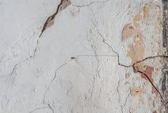 Stary odłupany tynk na betonowej ścianie, pęknięcia w starej betonowej ścianie, popielata tekstura, tło obraz stock