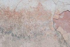Stary odłupany tynk na betonowej ścianie, pęknięcia w starej betonowej ścianie, popielata tekstura, tło zdjęcia royalty free