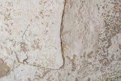 Stary odłupany tynk na betonowej ścianie, pęknięcia w starej betonowej ścianie, popielata tekstura, tło zdjęcie royalty free