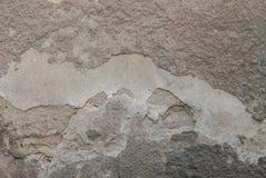 stary odłupany tynk na betonowej ścianie, podława ściana jako tło, popielata tekstura obrazy royalty free