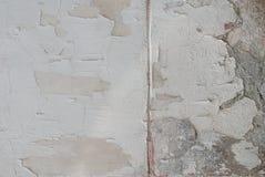 stary odłupany tynk na betonowej ścianie, podława ściana jako tło, popielata tekstura zdjęcia stock