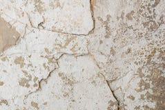 Stary odłupany tynk na betonowej ścianie, popielata tekstura, tło obrazy royalty free