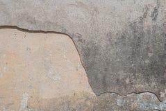 Stary odłupany tynk na betonowej ścianie, szary tło, tekstura obraz royalty free