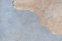 Stary odłupany tynk na betonowej ścianie, szary tło, tekstura zdjęcia royalty free